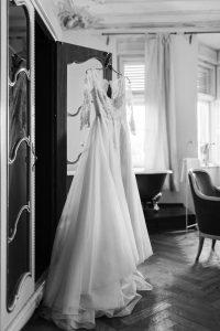 Das Brautkleid von Elfenkleid am Schrank im Hotel hängend, Hochzeit Alte Gärtnerei - Alexandra Kasper