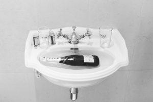 Die Champagnerflasche zum kühlen in das Waschbecken ins kalte Wasser gelegt, Hochzeit Alte Gärtnerei - Alexandra Kasper