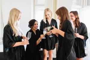 Die Braut und ihre Freundinnen stossen mit Champagner zusammen an, Hochzeit Alte Gärtnerei - Alexandra Kasper