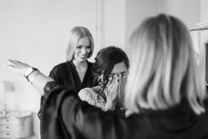 Die Braut weinend vor Glück kurz nachdem sie ihr Brautkleid von Elfenkleid angezogen hat, Hochzeit Alte Gärtnerei - Alexandra Kasper