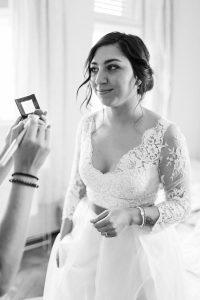 Portrait der Braut beim schminken im Hotelzimmer, Hochzeit Alte Gärtnerei - Alexandra Kasper