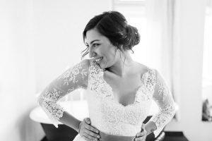 Portrait der Braut im Kleid von Elfenkleid im Hotel beim Getting Ready, Hochzeit Alte Gärtnerei - Alexandra Kasper