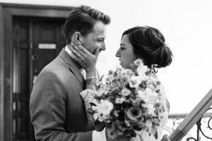 Das Brautpaar weinend beim First Look im Treppenhause des Hotel Mariandl, Hochzeit Alte Gärtnerei - Alexandra Kasper
