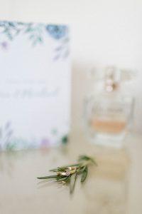 Detailaufnahme Parfüm, Einladung und Verlobungsring beim Getting Ready im Hotelzimmer, Hochzeit Alte Gärtnerei - Alexandra Kasper