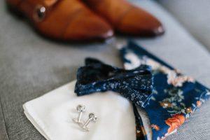 Detailaufnahme der Schuhe, Manschettenknöpfe und Fliege des Bräutigam, Hochzeit Alte Gärtnerei - Alexandra Kasper