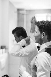 Der Bräutigam beim Getting Ready im Bad, Hochzeit Alte Gärtnerei - Alexandra Kasper