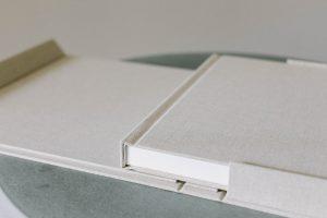 Flatlay Bindung des Hochzeitsalbum «BELLE BOOK», Alexandra Kapser - Hochzeitsalbum