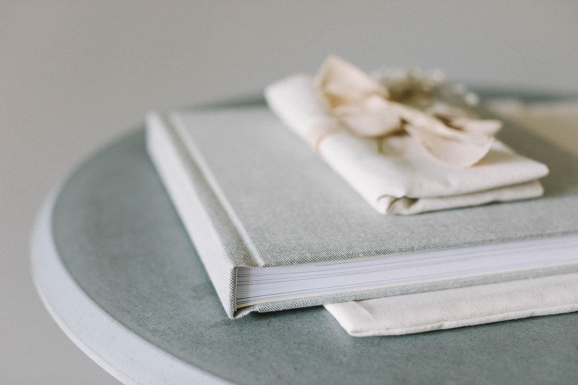 Cover und Flatlay Bindung des Hochzeitsalbum «PIKA BOOK», Alexandra Kapser - Hochzeitsalbum