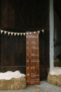 Die Scheune mit dem Ablauf der Hochzeit auf einem Holzschild, Hochzeitsfotograf Bodensee - Alexandra Kasper