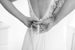 Die Braut zieht das Brautkleid an, Hochzeitsfotograf Bodensee - Alexandra Kasper