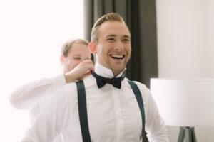 Der Bräutigam im Portrait beim anziehen der Fliege, Hochzeitsfotograf Bodensee - Alexandra Kasper