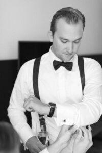 Der Bräutigam beim anziehen der Manschettenknöpfe, Hochzeitsfotograf Bodensee - Alexandra Kasper