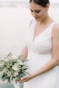Die Braut im Portrait mit dem Brautstrauß, Hochzeitsfotograf Bodensee - Alexandra Kasper