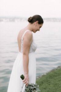 Die Braut am Ufer des Bodensee auf der Insel Reichenau im Portrait, Hochzeitsfotograf Bodensee - Alexandra Kasper