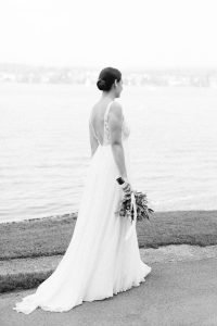 Die Braut auf dem Weg zum Bräutigam auf der Insel Reichenau im Bodensee, Hochzeitsfotograf Bodensee - Alexandra Kasper
