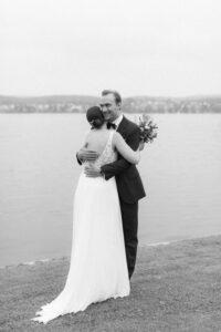 Das Brautpaar umarmt sich innig, Hochzeitsfotograf Bodensee - Alexandra Kasper