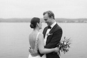 Das Brautpaar schaut sich gegenseitig an und lacht, Hochzeitsfotograf Bodensee - Alexandra Kasper
