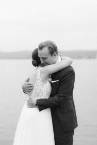 Nahaufnahme einer innigen Umarmung vom Brautpaar, Hochzeitsfotograf Bodensee - Alexandra Kasper