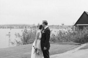 Der Bräutigam küsst die Braut auf die Stirn und blickt auf den Bodensee, Hochzeitsfotograf Bodensee - Alexandra Kasper