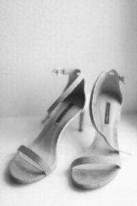 Die Schuhe der Braut vor dem Fenster, Hochzeitsfotograf Bodensee - Alexandra Kasper