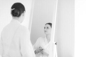 Portrait der Braut vor dem Spiegel beim Getting Ready, Hochzeitsfotograf Bodensee - Alexandra Kasper