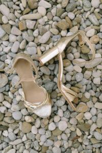 Die Schuhe der Braut auf dem Boden, Hochzeit Standesamt Mandlstraße - Alexandra Kasper