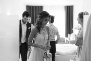 Die Gäste beim verlassen des Hotelzimmers, Hochzeit Standesamt Mandlstraße - Alexandra Kasper