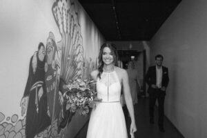 Portrait der Braut auf dem Weg zum Standesamt Mandlstraße, Hochzeit Standesamt Mandlstraße - Alexandra Kasper