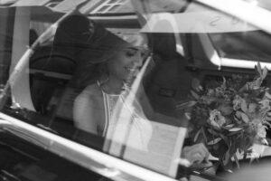 Die Braut auf dem Weg zum Standesamt Mandelstraße im Tesla, Hochzeit Standesamt Mandlstraße - Alexandra Kasper