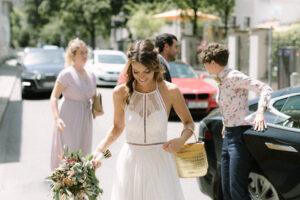 Die Braut beim ankommen am Standesamt München, Hochzeit Standesamt Mandlstraße - Alexandra Kasper