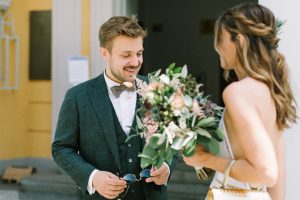 Das Brautpaar vor dem Standesamt Mandlstraße beim First Look, Hochzeit Standesamt Mandlstraße - Alexandra Kasper