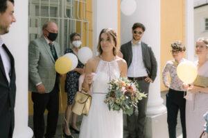Das Brautpaar mit den Gästen vor dem Standesamt in Schwabing, Hochzeit Standesamt Mandlstraße - Alexandra Kasper