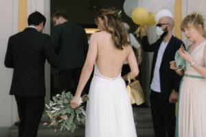 Das Brautpaar beim reingehen in das Standesamt, Hochzeit Standesamt Mandlstraße - Alexandra Kasper