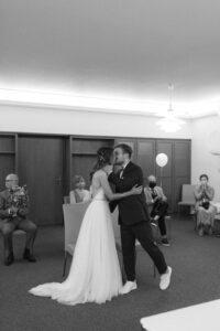 Das Brautpaar küsst sich nach der Trauung, Hochzeit Standesamt Mandlstraße - Alexandra Kasper