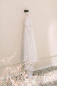 Das Brautkleid auf dem Balkon vom Hotel Schwabinger Wahrheit, Hochzeit Standesamt Mandlstraße - Alexandra Kasper