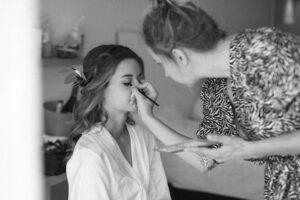 Die Braut beim schminken im Hotelzimmer, Hochzeit Standesamt Mandlstraße - Alexandra Kasper