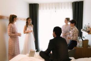 Die Braut mit den engsten Freundinnen beim anstossen, Hochzeit Standesamt Mandlstraße - Alexandra Kasper