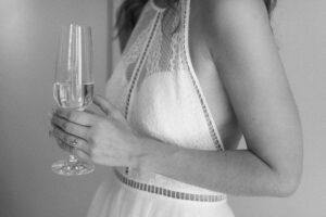 Nahaufnahme der Braut mit Champagnerglas, Hochzeit Standesamt Mandlstraße - Alexandra Kasper