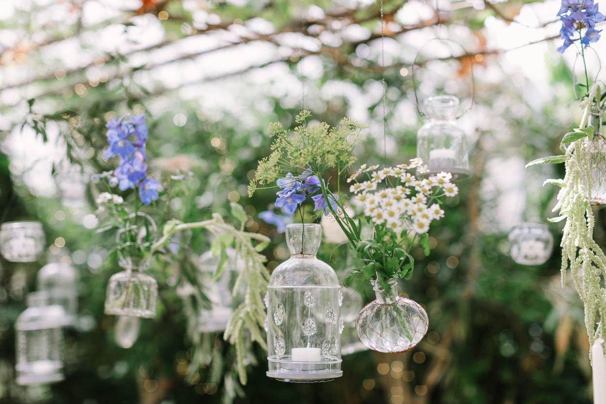 Detailaufnahme der Kerzen und Vasen mit Blumen über dem Tisch in der Alte Gärtnerei, Alexandra Kasper - Alte Gärtnerei