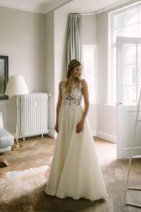 Die Braut betrachtet sich selbst im Spiegel im Kleid von Kaviar Gauche, Hochzeit Gut Sonnenhausen - Alexandra Kasper
