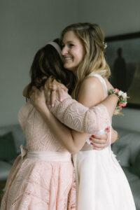 Aufnahme der Trauzeugin und Braut Arm in Arm, Hochzeit Gut Sonnenhausen - Alexandra Kasper