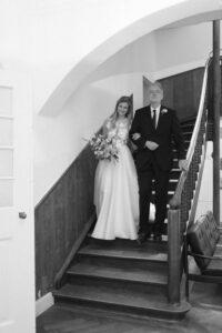 Die Braut mit dem Brautvater auf dem Weg zum Auto, Hochzeit Gut Sonnenhausen - Alexandra Kasper