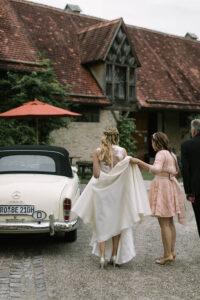 Portrait der Braut auf dem Weg zum Auto, Hochzeit Gut Sonnenhausen - Alexandra Kasper