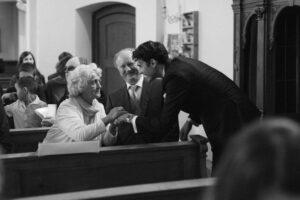 Momentaufnahme vom Bräutigam mit der engsten Familie in der Kirche, Hochzeit Gut Sonnenhausen - Alexandra Kasper