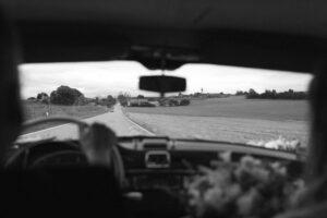 Blick auf die Kirche vom Auto aus fotografiert, Hochzeit Gut Sonnenhausen - Alexandra Kasper