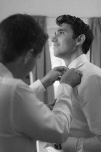 Aufnahme vom Bräutigam beim Getting Ready auf Gut Sonnenhausen, Hochzeit Gut Sonnenhausen - Alexandra Kasper