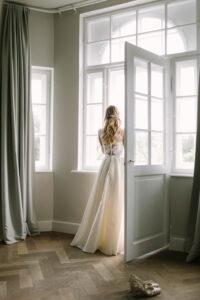 Portrait der Braut am Fenster, Hochzeit Gut Sonnenhausen - Alexandra Kasper