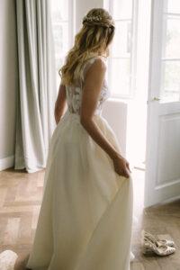 Aufnahme der Braut beim Schuhe anziehen, Hochzeit Gut Sonnenhausen - Alexandra Kasper