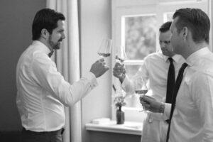 Der Bräutigam trinkt mit seinen engsten Freunden Wein beim Getting Ready im Sengerschloss am Tegernsee, Hochzeit am Tegernsee - Fährhütte 14, Alexandra Kasper