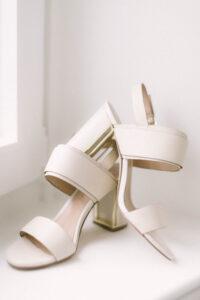 Die Schuhe der Braut am Fenster, Hochzeit am Tegernsee - Fährhütte 14, Alexandra Kasper